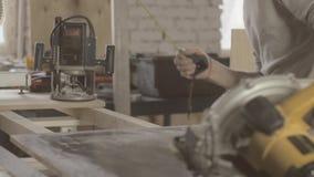 Ενήλικος ξύλινος πίνακας μέτρου ξυλουργών από το straightedge Γυαλίζοντας συσκευές απόθεμα βίντεο