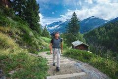 Ενήλικος οδοιπόρος στα ελβετικά βουνά Στοκ φωτογραφία με δικαίωμα ελεύθερης χρήσης