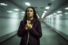 Ενήλικος περίπατος γυναικών μάταιος στη διάβαση πεζών στοκ φωτογραφίες
