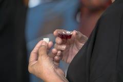 Ενήλικος πιστός στη γυναίκα του Ιησούς Χριστού σε μια ιερή κοινωνία Στοκ Εικόνες