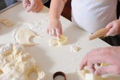 Ενήλικος χεριών, μπισκότα μαγείρων παιδιών στην κινηματογράφηση σε πρώτο πλάνο κουζινών Στοκ φωτογραφίες με δικαίωμα ελεύθερης χρήσης