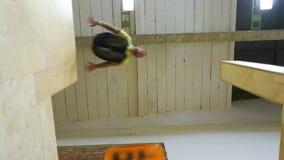 Ενήλικο άτομο που πηδά πέρα από την τεράστια πτώση φιλμ μικρού μήκους