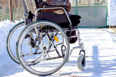 Ενήλικο άτομο στην αναπηρική καρέκλα Κλείστε επάνω τη φωτογραφία του αρσενικού χεριού στη ρόδα στοκ εικόνες