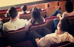 Ενήλικο ακροατήριο που αναμένει τον κινηματογράφο για να αρχίσει Στοκ Φωτογραφία