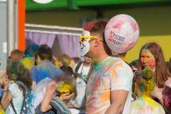 Ενήλικο αρσενικό με μια μάσκα Anonymus και ρωσικό ραδιόφωνο σφαιρών στο φεστιβάλ Στοκ εικόνες με δικαίωμα ελεύθερης χρήσης