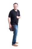 Ενήλικο αρσενικό πρότυπο που φορά τα τζιν, τη μαύρες μπλούζα και την τσάντα Στοκ εικόνα με δικαίωμα ελεύθερης χρήσης