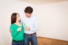 Ενήλικο ζεύγος που γιορτάζει το νέο διαμέρισμά τους Στοκ εικόνα με δικαίωμα ελεύθερης χρήσης