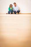 Ενήλικο ζεύγος που γιορτάζει το νέο διαμέρισμά τους Στοκ φωτογραφία με δικαίωμα ελεύθερης χρήσης