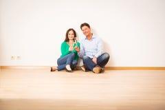 Ενήλικο ζεύγος που γιορτάζει το νέο διαμέρισμά τους Στοκ φωτογραφίες με δικαίωμα ελεύθερης χρήσης