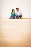 Ενήλικο ζεύγος που γιορτάζει το νέο διαμέρισμά τους Στοκ Εικόνες