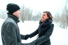 Ενήλικο ζεύγος που στηρίζεται στο πάρκο Στοκ φωτογραφία με δικαίωμα ελεύθερης χρήσης