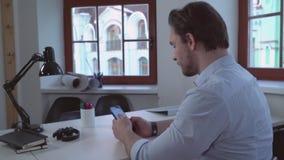 Ενήλικο κινητό τηλέφωνο χρήσης επιχειρηματιών φιλμ μικρού μήκους
