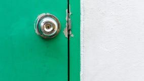 ενήλικο κλείδωμα λαβής λαβών πορτών παιδιών Στοκ Φωτογραφίες