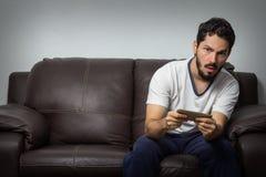Ενήλικο παίζοντας τηλεοπτικό παιχνίδι Στοκ φωτογραφία με δικαίωμα ελεύθερης χρήσης