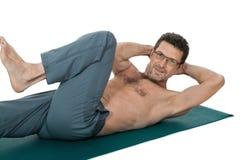 Ενήλικο χαμογελώντας άτομο που κάνει workout την αθλητική ικανότητα που απομονώνεται στο λευκό στοκ εικόνα