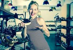Ενήλικο shopaholic επιθυμητό εκμετάλλευση παπούτσι γυναικών Στοκ εικόνες με δικαίωμα ελεύθερης χρήσης