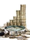 Ενίσχυση - γυαλί και χρυσά νομίσματα στοκ φωτογραφίες με δικαίωμα ελεύθερης χρήσης
