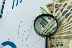 Ενίσχυση - γυαλί στο σωρό των ιαπωνικών τραπεζογραμματίων γεν με τυπωμένος Στοκ εικόνα με δικαίωμα ελεύθερης χρήσης