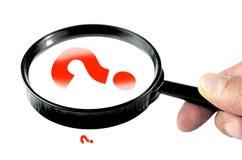 Ενίσχυση - γυαλί με το μικρό και μεγάλο ερωτηματικό Στοκ φωτογραφία με δικαίωμα ελεύθερης χρήσης