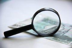 Ενίσχυση - γυαλί στο λογαριασμό χρημάτων Στοκ φωτογραφίες με δικαίωμα ελεύθερης χρήσης