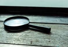 Ενίσχυση - το γυαλί τοποθετείται σε έναν ξύλινο πίνακα στοκ εικόνες με δικαίωμα ελεύθερης χρήσης