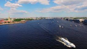 Εναέρια άποψη Άγιος-Πετρούπολη σχετικά με τον ποταμό Neva απόθεμα βίντεο