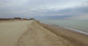 Εναέρια άποψη, ένας αθλητής που τρέχει στην παραλία Οδησσός, Ουκρανία απόθεμα βίντεο