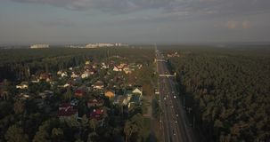 Εναέρια άποψη ένας δρόμος στα εικονοκύτταρα ομίχλης 4k 4096 X 2160 απόθεμα βίντεο