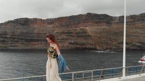 Εναέρια άποψη - ένα ελκυστικό κορίτσι περπατά και κρατά την ισορροπία της στα πλαίσια ενός αλιευτικού σκάφους που επιπλέει απόθεμα βίντεο