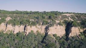 Εναέρια άποψη ένα Hill ψαμμίτη κοντά στην ακτή φιλμ μικρού μήκους