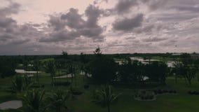 Εναέρια άποψη ανατολής του γηπέδου του γκολφ σε Punta Cana, Δομινικανή Δημοκρατία Στενή δίοδος, σφαίρα, τρύπα και σημαία φιλμ μικρού μήκους