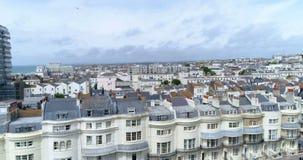 Εναέρια άποψη ανόδου της πόλης του Μπράιτον και ανυψωμένος από ένα τετράγωνο αντιβασιλείας απόθεμα βίντεο