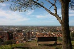 Εναέρια άποψη από έναν λόφο ένα ήρεμο, πράσινο, ήρεμο και ειρηνικό δημόσιο πάρκο ένας απόμερος πάγκος, ένα δέντρο και μια άποψη τ στοκ εικόνα