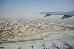 Εναέρια άποψη από μέσα από το αεροπλάνο που πετά πέρα από το Ντουμπάι Στοκ Φωτογραφία