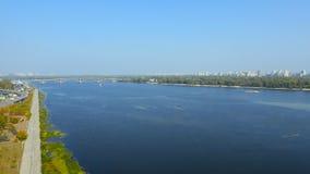Εναέρια άποψη από τη γέφυρα copter μέσω του ποταμού Dnipro στο Κίεβο Ουκρανία φιλμ μικρού μήκους