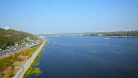 Εναέρια άποψη από τη γέφυρα copter μέσω του ποταμού Dnipro στο Κίεβο φιλμ μικρού μήκους
