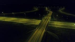 Εναέρια άποψη από τον κηφήνα πέρα από μια διασταύρωση κυκλικής κυκλοφορίας, νύχτα απόθεμα βίντεο