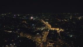 Εναέρια άποψη από τον κηφήνα: Πόλη νύχτας που πετά πέρα από τα φω'τα δρόμων και νύχτας απόθεμα βίντεο