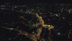 Εναέρια άποψη από τον κηφήνα: Πόλη νύχτας που πετά πέρα από τα φω'τα δρόμων και νύχτας φιλμ μικρού μήκους