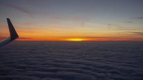 Εναέρια άποψη από το αεροπλάνο σε μια ογκώδη θάλασσα των σύννεφων στο ηλιοβασίλεμα στοκ εικόνες με δικαίωμα ελεύθερης χρήσης