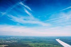 Εναέρια άποψη από το αεροπλάνο, τον ουρανό και τη γη Στοκ φωτογραφία με δικαίωμα ελεύθερης χρήσης