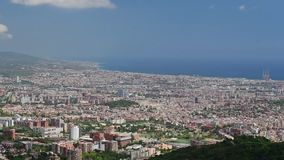 Εναέρια άποψη από το βουνό Tibidabo πέρα από τη Βαρκελώνη, Καταλωνία, Ισπανία απόθεμα βίντεο