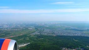 Εναέρια άποψη από το κατεβαίνοντας αεροπλάνο απόθεμα βίντεο