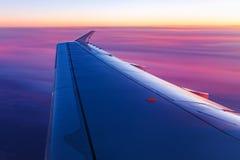 Εναέρια άποψη από το παράθυρο αεροπλάνων στην ανατολή Στοκ Φωτογραφία