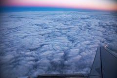 Εναέρια άποψη από το παράθυρο αεροπλάνων στην ανατολή Στοκ εικόνες με δικαίωμα ελεύθερης χρήσης
