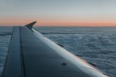 Εναέρια άποψη από το παράθυρο αεροπλάνων στην ανατολή Στοκ Εικόνες