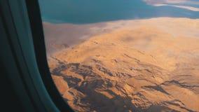 Εναέρια άποψη από το παράθυρο αεροσκαφών στην έρημο, τα βουνά και τη Ερυθρά Θάλασσα της Αιγύπτου με το σαφές νερό απόθεμα βίντεο