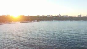 Εναέρια άποψη από το copter της ακτής της Οδησσός στο ηλιοβασίλεμα με τα πλέοντας γιοτ φιλμ μικρού μήκους