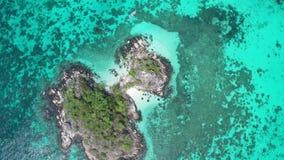 Εναέρια άποψη ατόμων στο κρύσταλλο - σαφές θαλάσσιο νερό κοντά Koh στο νησί Kra στην Ταϊλάνδη φιλμ μικρού μήκους