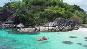 Εναέρια άποψη ατόμων στο κρύσταλλο - σαφές θαλάσσιο νερό κοντά Koh στο νησί Kra στην Ταϊλάνδη απόθεμα βίντεο
